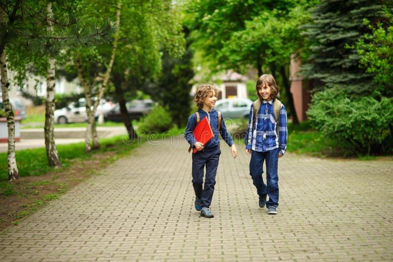 Спешность студентов начальной школы к школе стоковые фотографии rf
