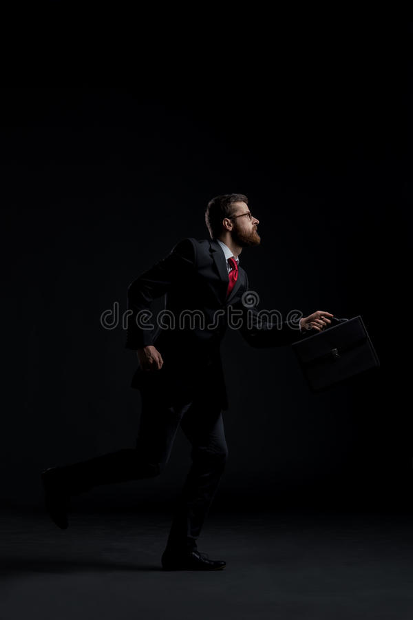 Спешность хода бизнесмена на черной предпосылке стоковые фотографии rf