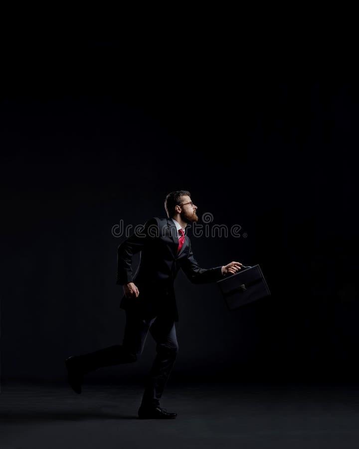 Спешность хода бизнесмена Черная предпосылка с copyspace Время стоковые фотографии rf