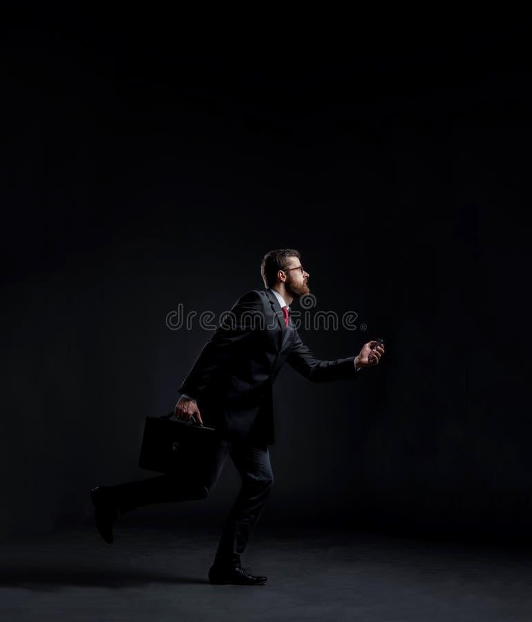 Спешность хода бизнесмена Черная предпосылка с copyspace стоковое изображение rf
