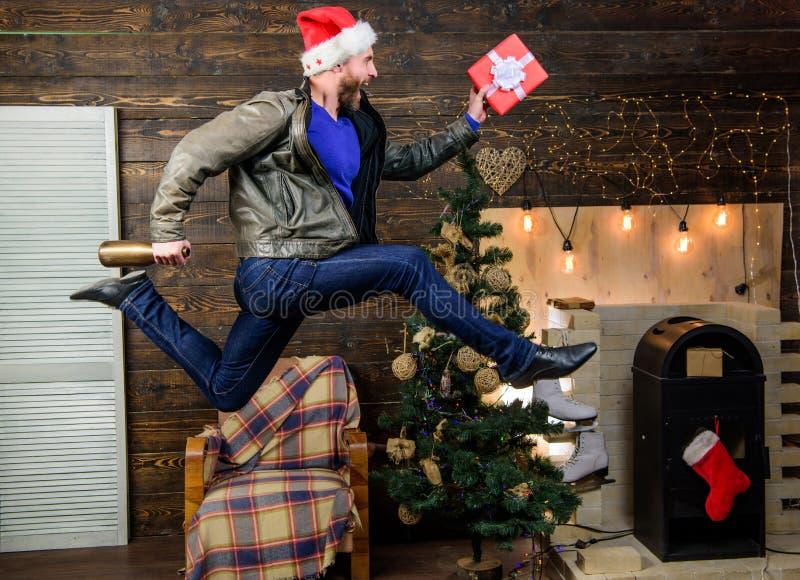 Спешность шляпы santa человека для того чтобы поставить подарок в срок Кристмас приходит Распространенные счастье и утеха Бородат стоковое фото rf