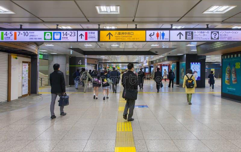 Спешность людей на станции токио в токио стоковые изображения