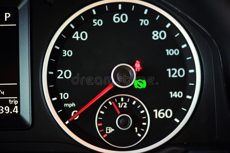 спидометр в автомобиле стоковые фотографии rf