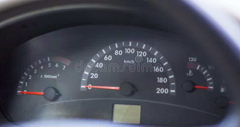 Спидометр современного автомобиля в парковке стоковые изображения