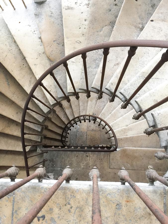 Спиральная лестница вверх по лестнице, лестничная древесина и камень стоковые фотографии rf