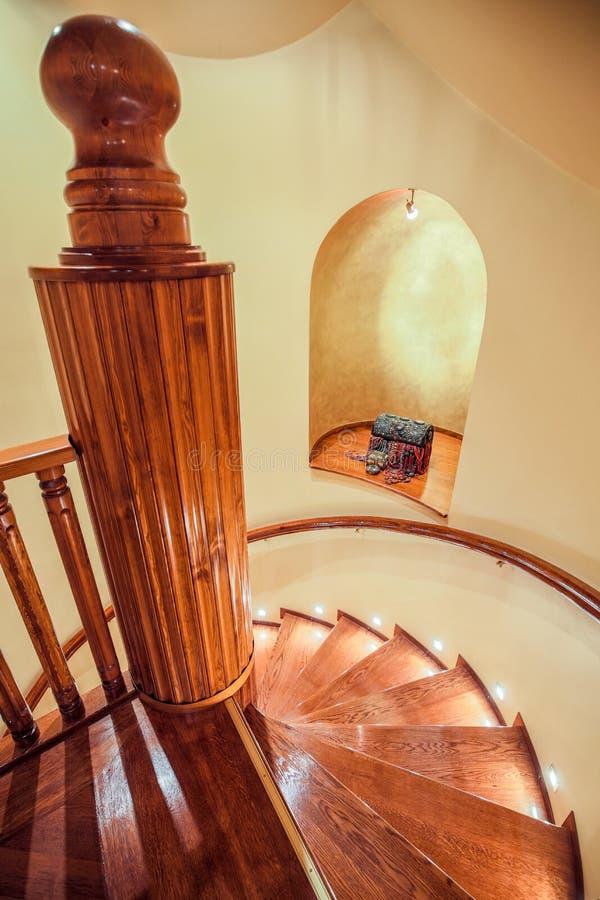 Спиральные деревянные лестницы стоковое фото