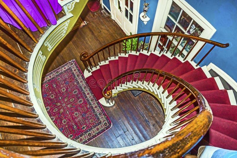 Спиральные лестницы к верхним спальням стоковое фото rf