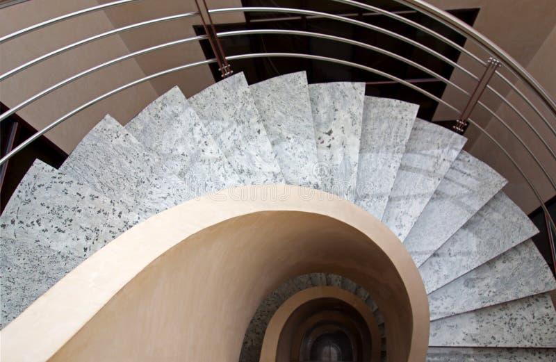 Спиральные мраморные лестницы офиса стоковая фотография
