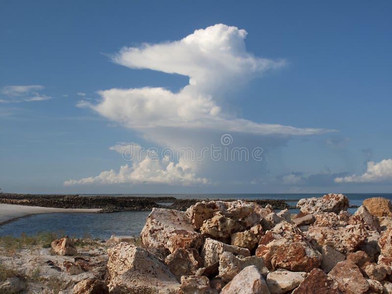 Спиральные облака на море стоковые изображения rf