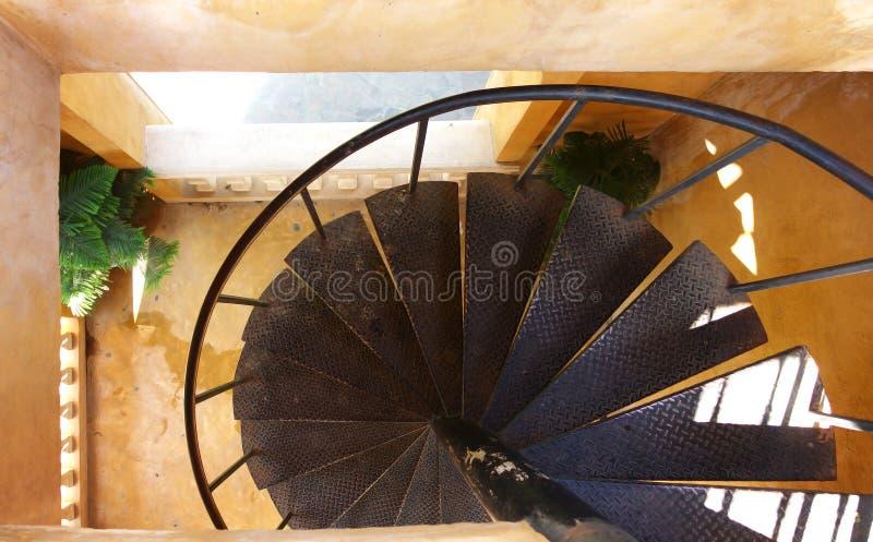 Спиральные стальные лестницы в здании стоковые фото