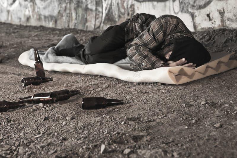 спиртной бездомный человек стоковые фотографии rf