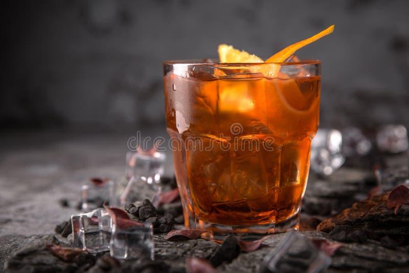 Спиртной или безалкогольный коктейль с оранжевым цитрусом, гранатовым деревом с дополнением настойки, водкой, шампанским или Март стоковая фотография rf