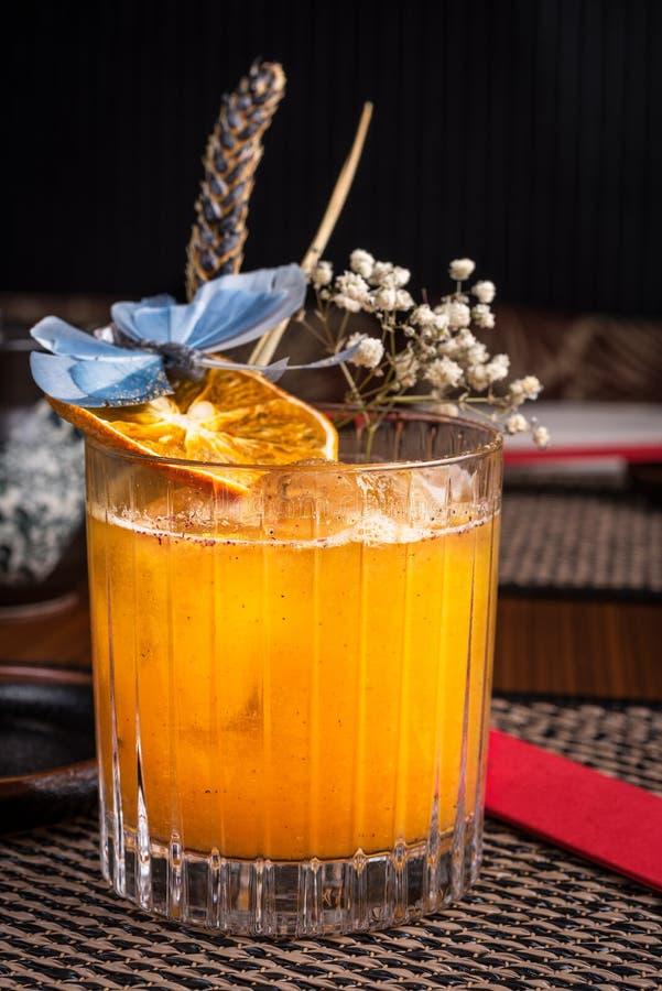 Спиртной коктеиль в суши-ресторане на темном столе стоковое изображение