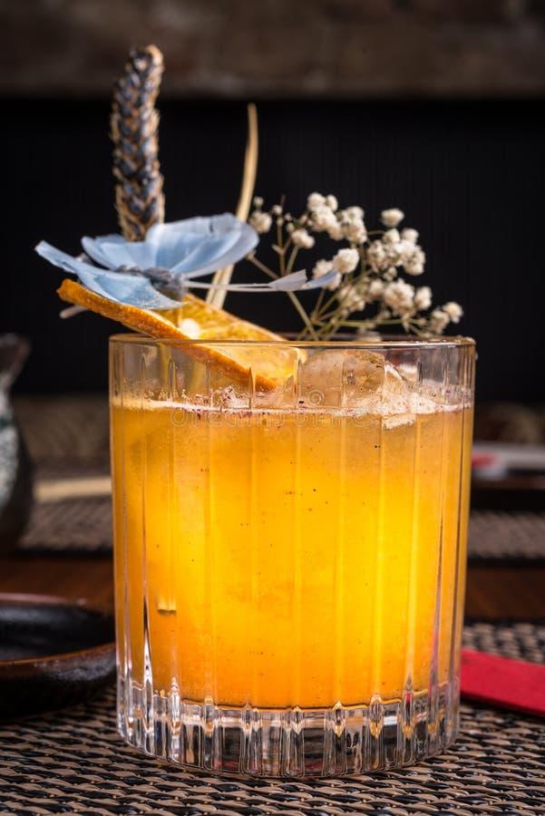 Спиртной коктеиль в суши-ресторане на темном столе стоковые фотографии rf
