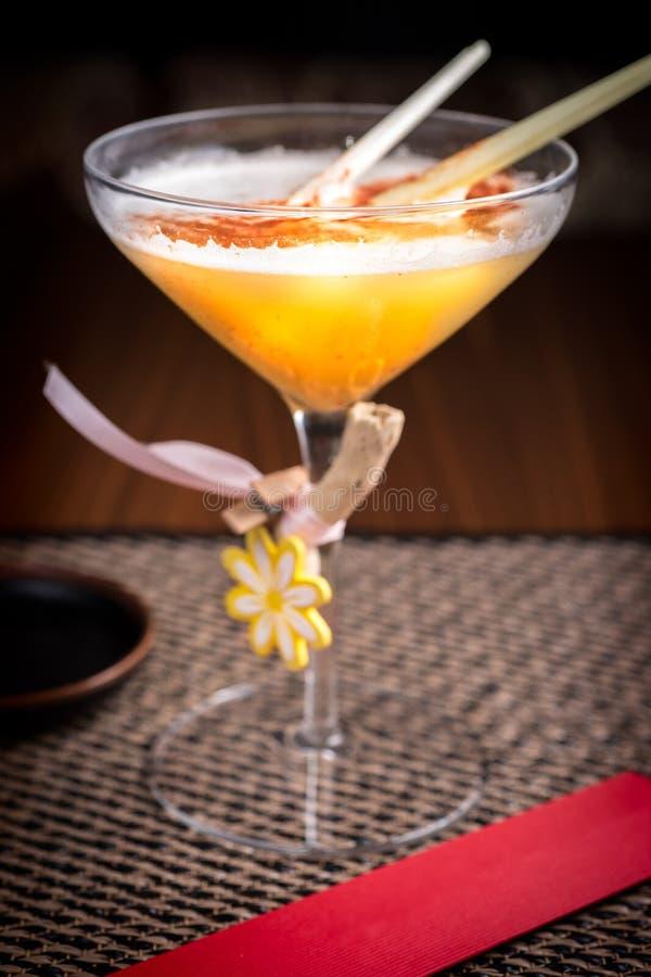 Спиртной коктеиль в суши-ресторане на темном столе стоковая фотография