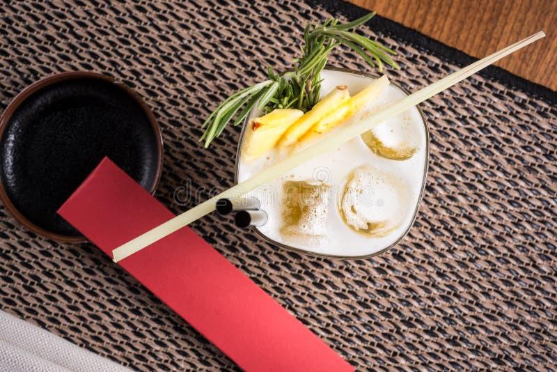 Спиртной коктеиль в суши-ресторане на темном столе стоковые фото