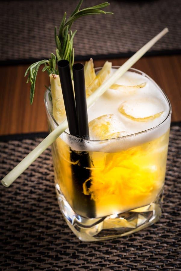 Спиртной коктеиль в суши-ресторане на темном столе стоковое изображение rf