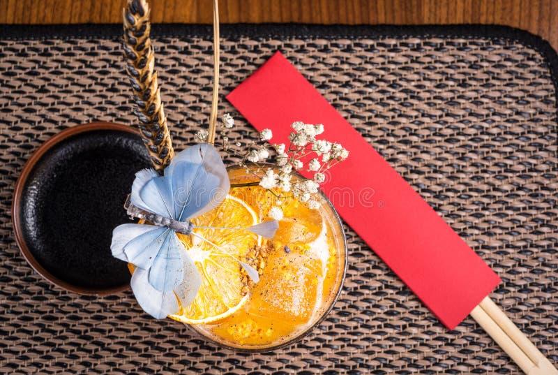 Спиртной коктеиль в суши-ресторане на темном столе стоковое фото rf