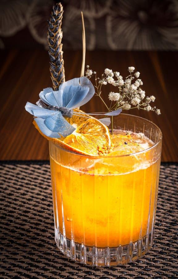 Спиртной коктеиль в суши-ресторане на темном столе стоковые изображения rf