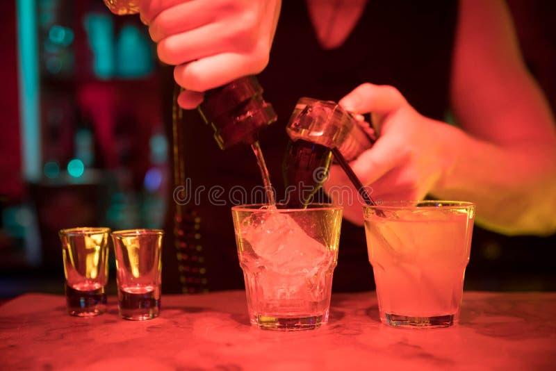 Спирт бармена лить стоковая фотография
