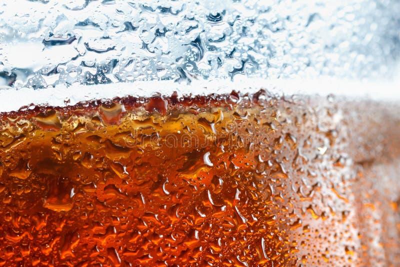Спирт пива пузыря предпосылки желтый в стекле с падениями пены и золота стоковое изображение rf