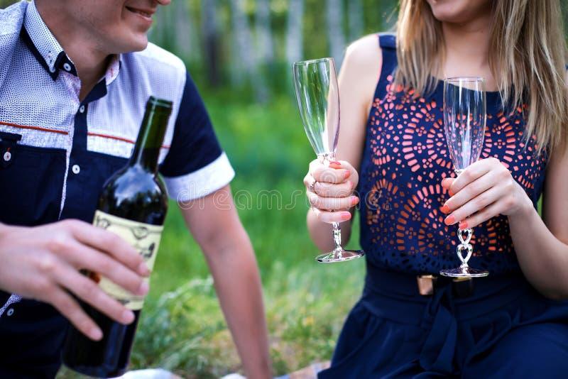 Спирт человека и женщины выпивая стоковые фотографии rf