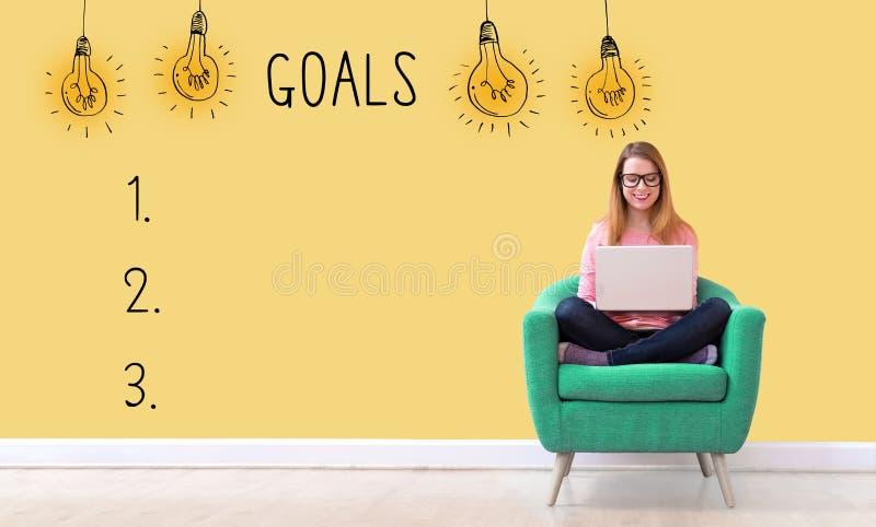 Список цели с женщиной используя ноутбук стоковая фотография