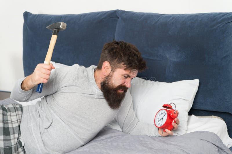 Спите более длиной E Этапы сна Несчастное человека бодрствующее со звенеть сигнала тревоги Хотя вы спите вы можете стоковое изображение rf