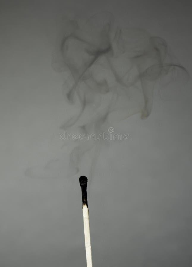 Спичка курит стоковые фото