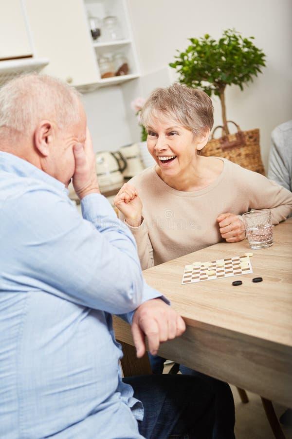 Спичка настольной игры между пожилыми гражданинами стоковые фото