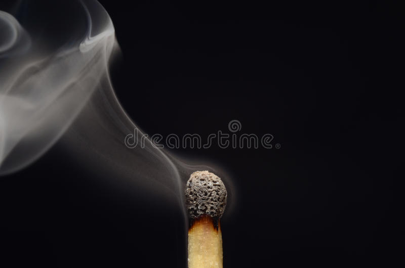 Спичка с дымом после огня стоковые изображения