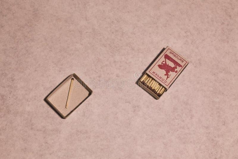 Спички в коробке пук спичек разбросанных на текстуру стоковые изображения rf