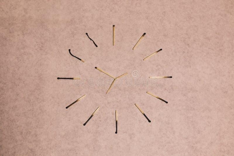 Спички и время стоковое изображение rf