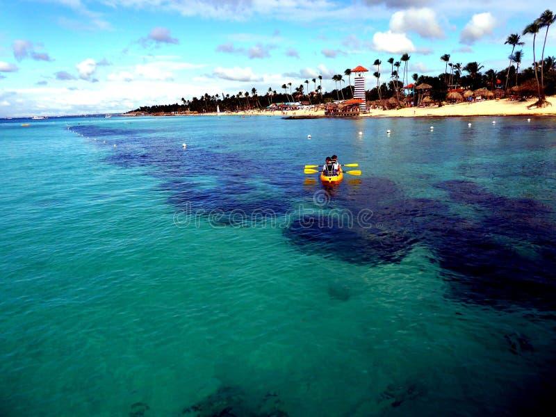 Сплавляться на carribian пляже моря и рая, предпосылке Доминиканской Республики стоковое изображение