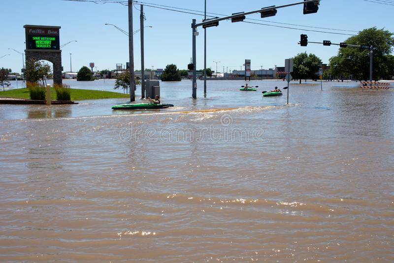 Сплавляющся на каяке в паводковых водах в Kearney, Небраска после проливного дождя стоковые фото