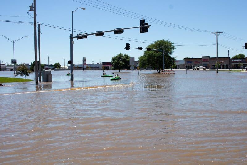Сплавляющся на каяке в паводковых водах в Kearney, Небраска после проливного дождя стоковое изображение rf