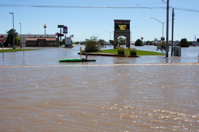 Сплавляющся на каяке в паводковых водах в Kearney, Небраска после проливного дождя стоковая фотография rf