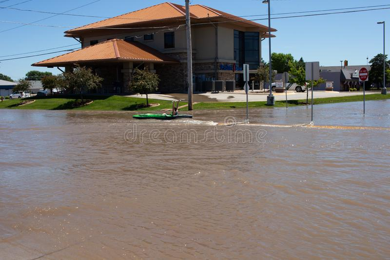 Сплавляющся на каяке в паводковых водах в Kearney, Небраска после проливного дождя стоковые фотографии rf