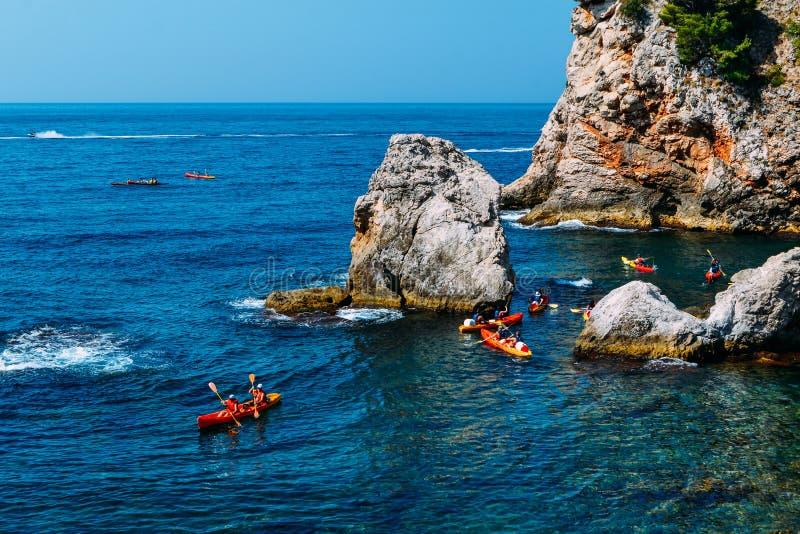 Сплавляющся на каяке среди утесов, Дубровник Хорватия стоковые изображения rf