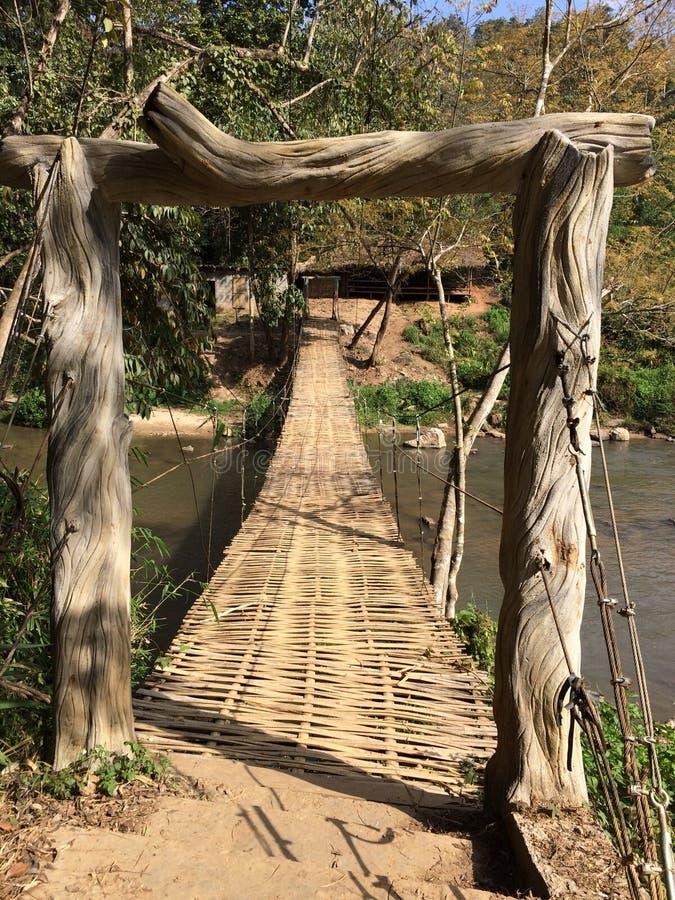 Сплетенный бамбуковый мост на потоке Таиланда стоковое изображение