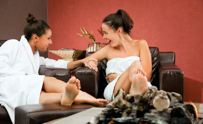 Download сплетня женщин ослабляет комнату Стоковое Фото - изображение насчитывающей камин, красивейшее: 18375538