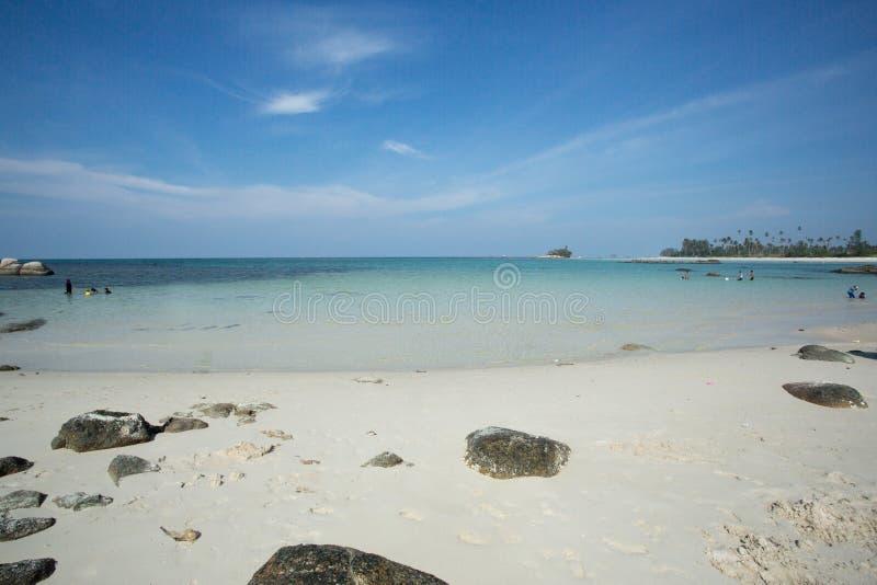 Спокойная волна воды на пляже Trikora, Bintan Остров-Индонезии стоковое изображение rf