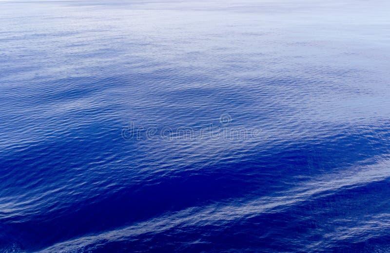 Спокойная голубая предпосылка моря стоковые изображения rf