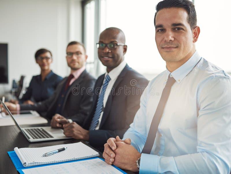 Спокойная группа в составе 4 бизнесмены на таблице стоковые изображения