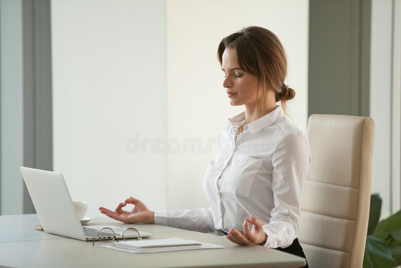 Спокойная заботливая коммерсантка размышляя на столе офиса с глазами c стоковые фото