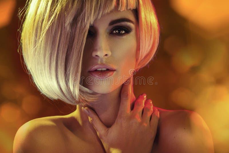Спокойная и серьезная женщина с фантастическим coiffure стоковые изображения