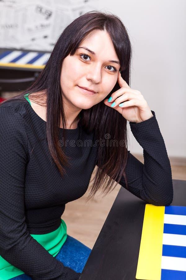 Спокойная молодая женщина с длинными волосами стоковое изображение rf