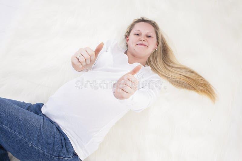 Спокойная расслабляющая беременная дама Девушка Showing Большой палец руки Вверх стоковое изображение rf