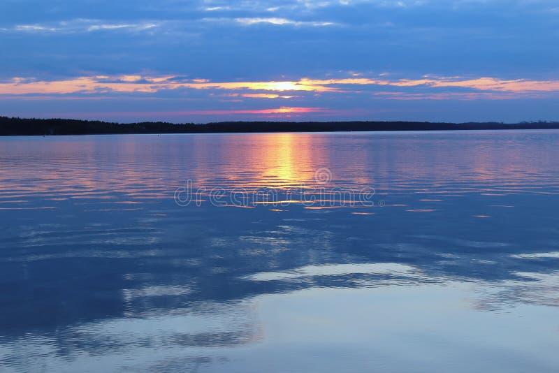 Спокойное загадочное озеро стоковое изображение
