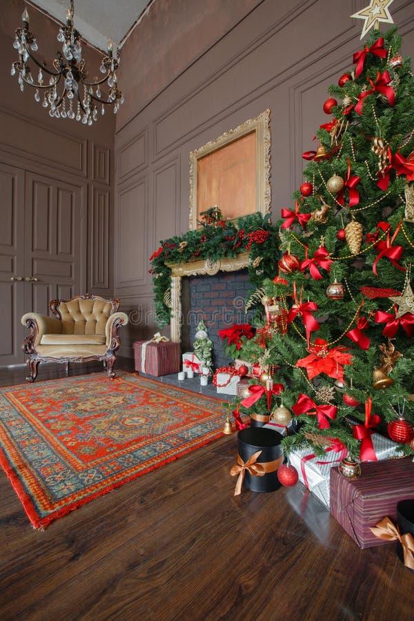 Спокойное изображение внутреннего классического дерева Нового Года украшенного в комнате с камином стоковые изображения rf